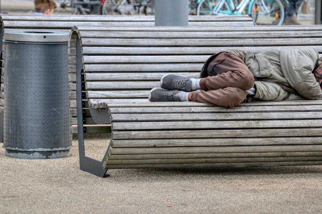 Questa immagine ha l'attributo alt vuoto; il nome del file è homeless-5283148_1920.jpg